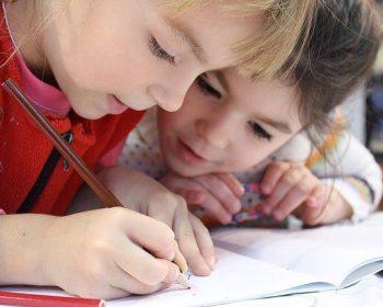 twee kinderen op school